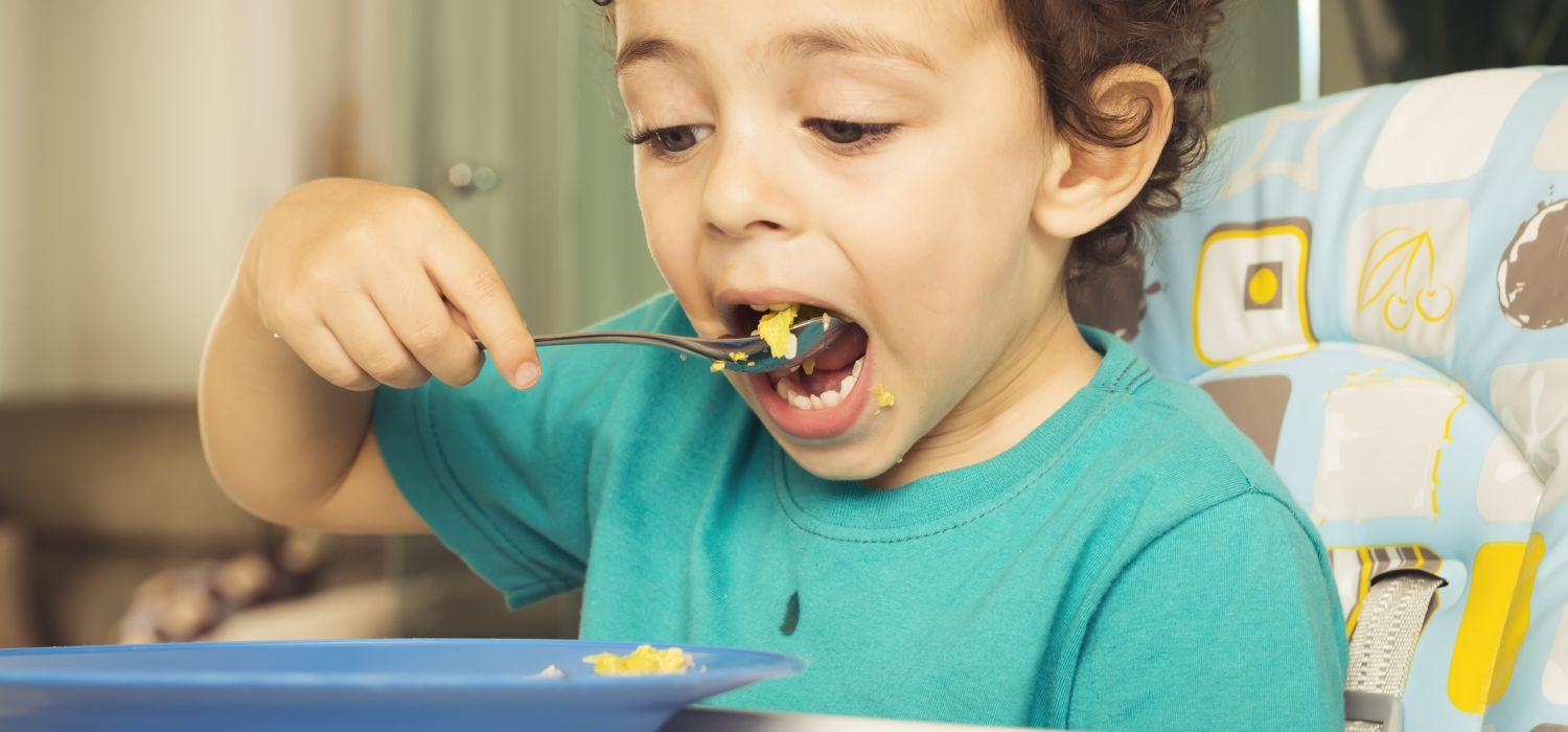 toddler eat using a spoon